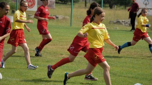 """""""Ține Pasul cu Fetele"""" pe terenurile de fotbal din România în această primăvară! (""""Keep Up With the Girls on Football pitches across Romania this spring!"""")"""